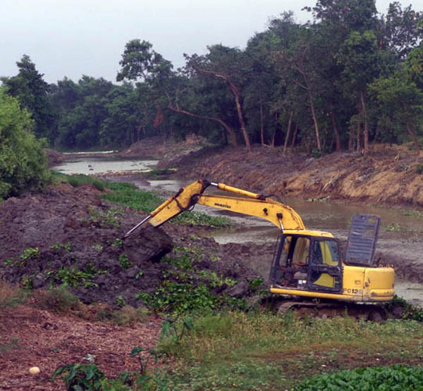Barahawa River being cleaned with an excavator, in Gaur, Rautahat, on Thursday. Photo:THT