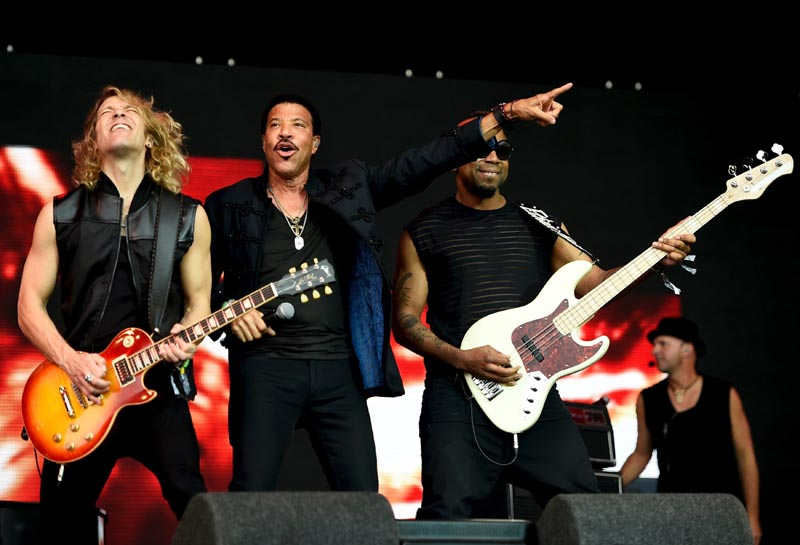 Lionel Richie (2nd L) performs on the Pyramid stage at Worthy Farm in Somerset during the Glastonbury Festival in Britain, June 28, 2015.  Photo: Reuters