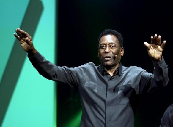 Legendary Brazilian soccer player Pele waves to the crowd after speaking during Electronic Arts media briefing before the opening day of the Electronic Entertainment Expo, or E3, at the Shrine Auditorium in Los Angeles, California June 15, 2015. Photo: Reuters