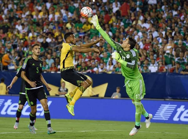 Mexico's goalkeeper Guillermo Ochoa (R) knocks the ball away from Jamaica's Adrian Mariappa during the 2015 CONCACAF Gold Cup final in Philadelphia on July 26, 2015. Photo: AFP