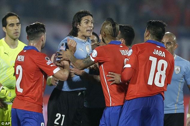 Edinson Cavani (third left) arguing with Chilean players. Photo: APn