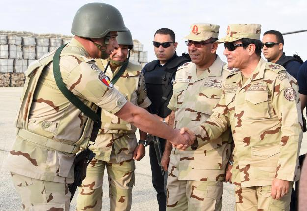 Egyptian President Abdel Fattah al-Sisi (R) greets members of the Egyptian armed forces, after travelling to the troubled northern part of the Sinai peninsula to inspect troops, in this July 4, 2015 handout picture courtesy of the Egyptian Presidency.   REUTERS/The Egyptian Presidency/Handout via Reuters