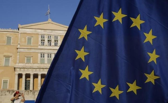 The European Union flag is seen in front of the parliament building during a Pro-Euro rally in Athens, Greece, July 9, 2015. Photo: Reuters