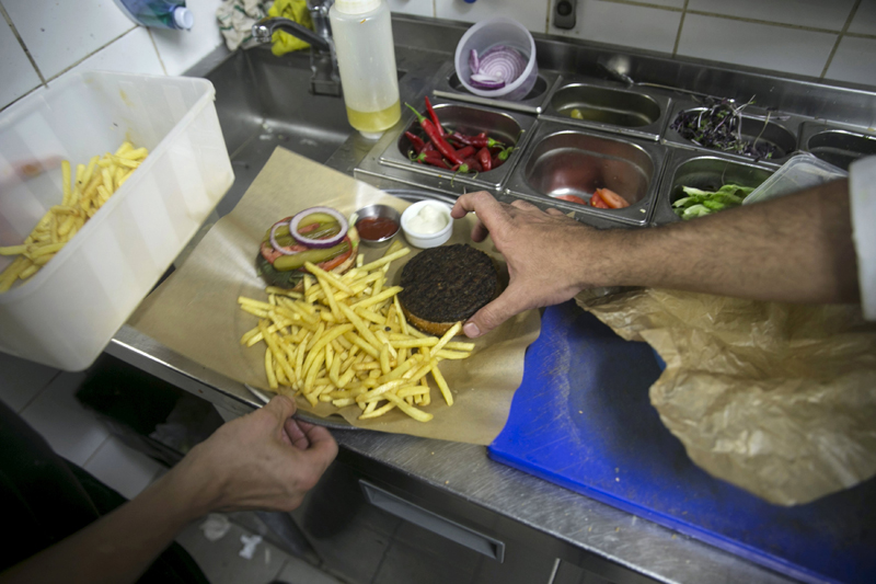 Kitchen staff arrange a plate at Georgian restaurant Nanuchka in Tel Aviv, Israel July 15, 2015. Nana Shrier, owner of Nanuchka, shocked Israel's culinary world when she removed all animal-based products from the menu. Nanuchka is part of a growing trend that has transformed Israel's financial center into a haven for meatless cuisine. Picture taken July 15, 2015. Photo: Reuters