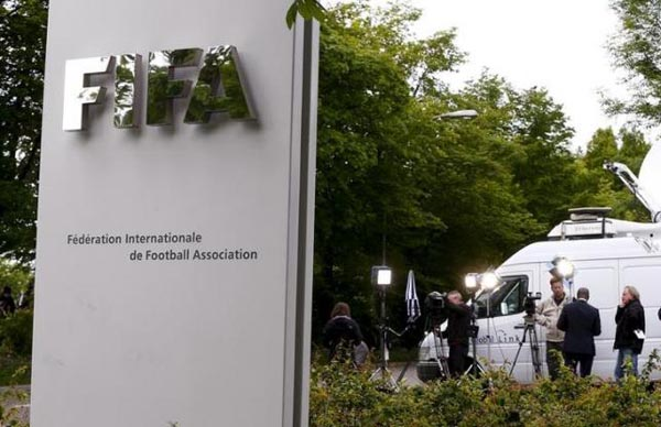 Members of the media stand in front of the entrance of the Federation Internationale de Football Association (FIFA) headquarters in Zurich, Switzerland, May 30, 2015. Photo: REUTERS