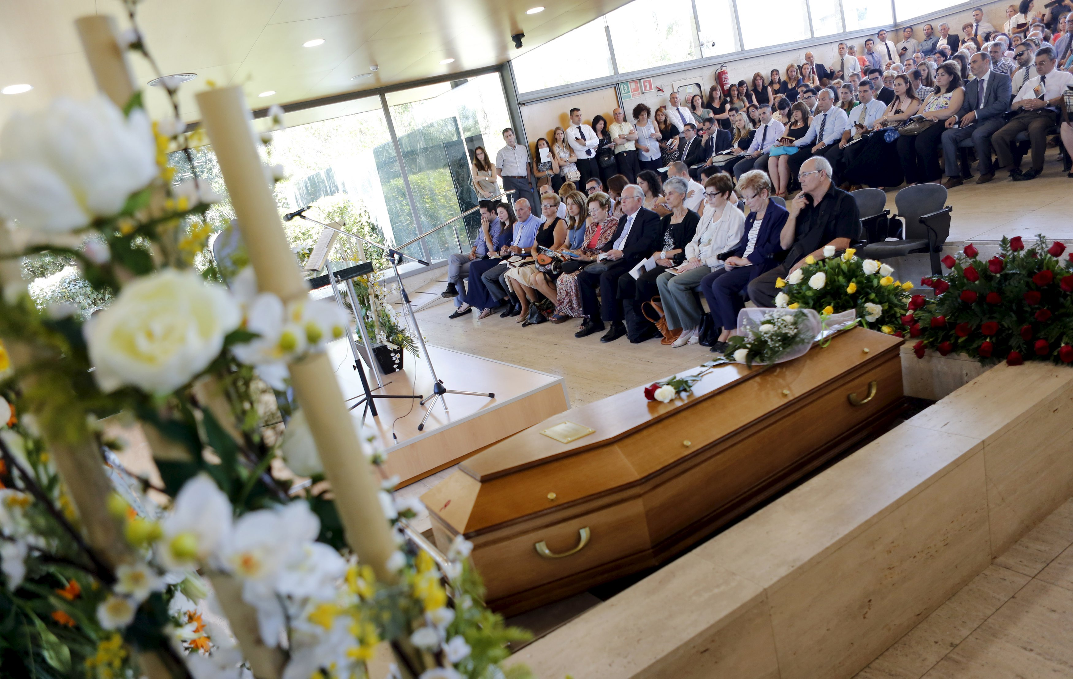Relatives and family of Robert Oliver of U.S., a victim of the Germanwings flight 4U 9525 plane disaster, take part in a memorial service in Montcada i Reixac, near Barcelona, Spain June 20, 2015. Photo: Reuters