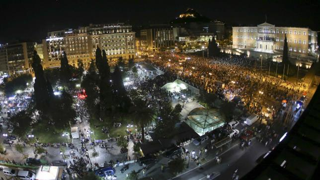 A general view shows anti-austerity 'No' voters who gathered to celebrate in front of the Greek parliament in Syntagma Square in Athens, Greece July 5, 2015. Photo: Reuters