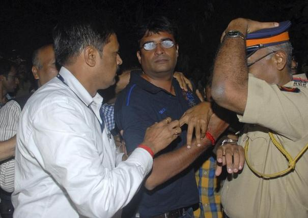 Police escort Gurunath Meiyappan (C), son-in-law of Indian cricket board (BCCI) President N Srinivasan, to the Crime Branch in Mumbai May 24, 2013. REUTERS/Stringer/Files