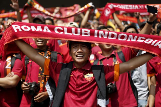 Indonesian supporters of AS Roma football club cheer during a training session with the team at  Gelora Bung Karno stadium in Jakarta, Indonesia, July 25, 2015. REUTERS/Darren Whiteside