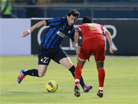 Diego Milito (L) of Italy's Inter Milan fights for the ball with Indonesia Selection FC's Putra during their international friendly soccer match in Jakarta May 24, 2012. Photo: Reuters