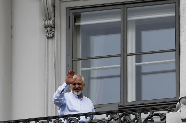 Iranian Foreign Minister Javad Zarif waves from the balcony of Palais Coburg, the venue for nuclear talks, in Vienna, Austria, July 13, 2015. REUTERS/Leonhard Foeger