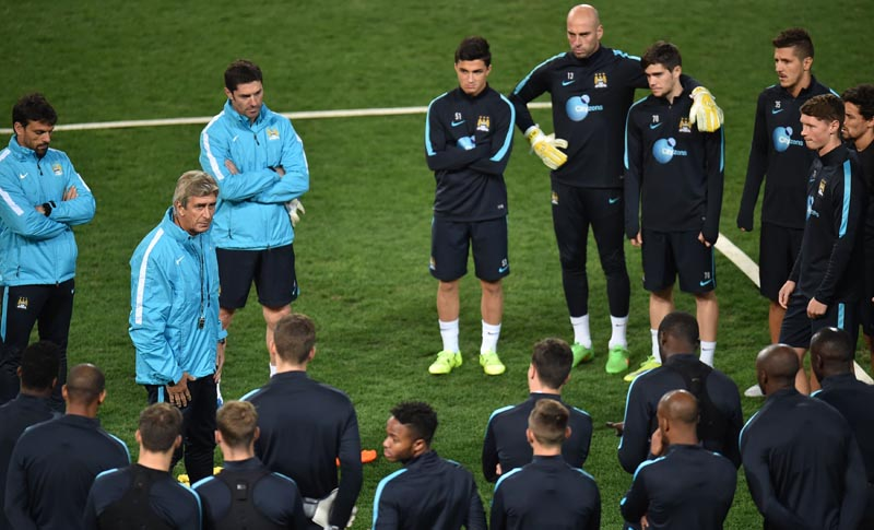 Manchester City team manager Manuel Pellegrini (2nd L) addresses the squad ahead of a team training session during the International Champions Cup football tournament in Melbourne on July 23, 2015. Photo: AFP