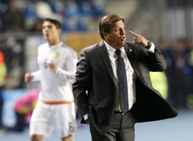 Mexico's coach Miguel Herrera directs his team against Ecuador during their first round Copa America 2015 soccer match at Estadio El Teniente in Rancagua, Chile, June 19, 2015.   REUTERS/Carlos Garcia Rawlins