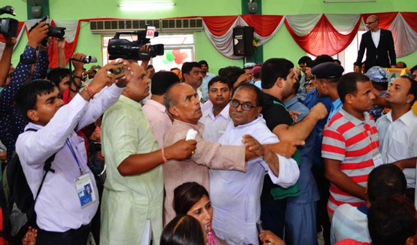 Dissident NC activists and leaders engage in a tussle before statue unveiling ceremony, in Birgunj, on Friday. Photo: THT