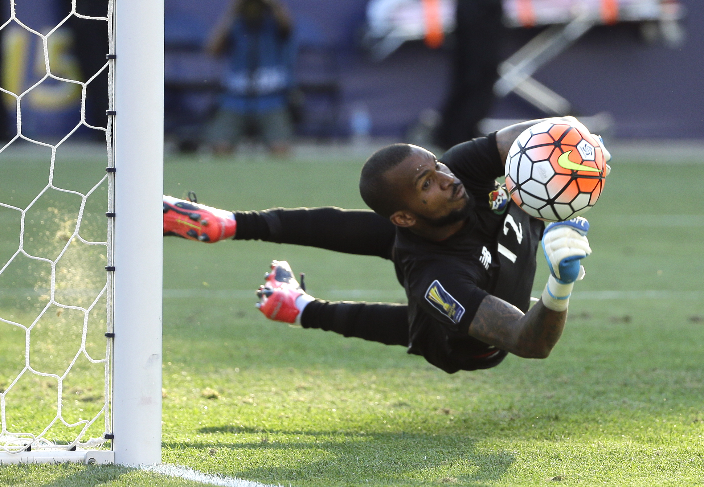 Panama's Luis Mejia blocks a kick during the penalty kick shootout in the CONCACAF Gold Cup third place soccer match, Saturday, July 25, 2015, in Chester, Pa. Photo: AP