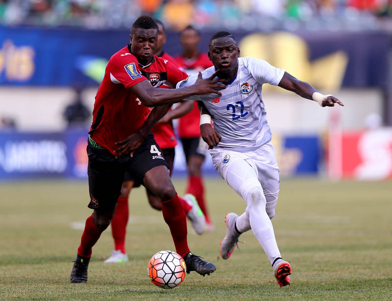 Sheldon Bateau #4 of Trinidad and Tobago and Abdiel Arroyo #22 of Panama fight for the ball during the quarterfinals of the 2015 CONCACAF Gold Cup at MetLife Stadium on July 19, 2015 in East Rutherford, New Jersey.   Photo: Getty Images/AFPn
