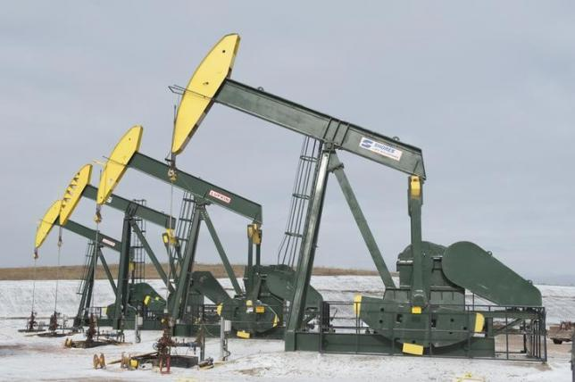Pumpjacks taken out of production temporarily stand idle at a Hess site while new wells are fracked near Williston, North Dakota November 12, 2014.  REUTERS/Andrew Cullen/Files