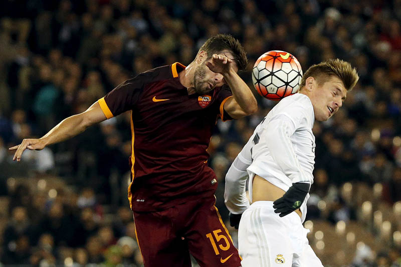 Real Madrid's Toni Kroos (R) competes for the ball with AS Roma's Miralem Pjanic during their International Champions Cup match at the Melbourne Cricket Ground, Australia, July 18, 2015.  Photo: Reuters