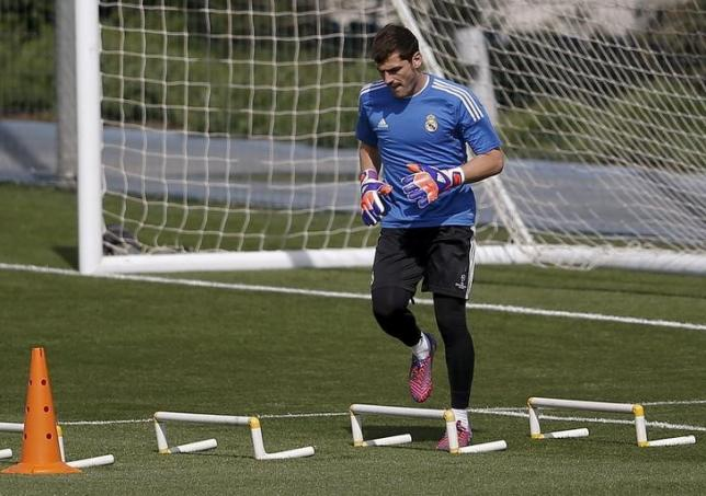 Real Madrid's goalkeeper Iker Casillas warms up during a training session in Valdebebas, outside Madrid, April 21, 2015. REUTERS/Andrea Comas/Files