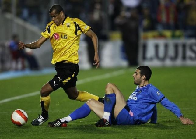 Rivaldo (L) fights for the ball with Getafe's Fabio Celestini during a UEFA Cup third round soccer match at Coliseum Alfonso Perez stadium in Getafe in this file photo taken on February 21, 2008. REUTERS/Susana Vera