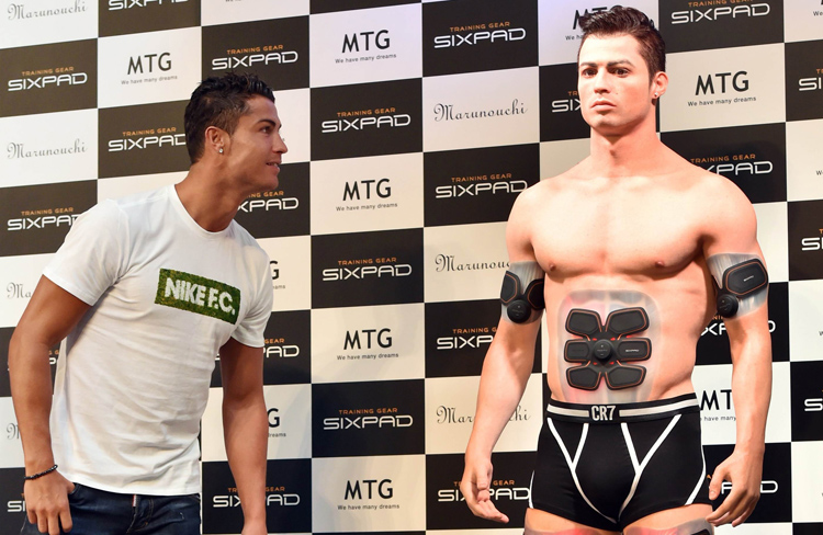 Portuguese football star Cristiano Ronaldo (left) looks at his look-alike figure made by a 3D printer during a event in Tokyo on Wednesday. Photo: AFP