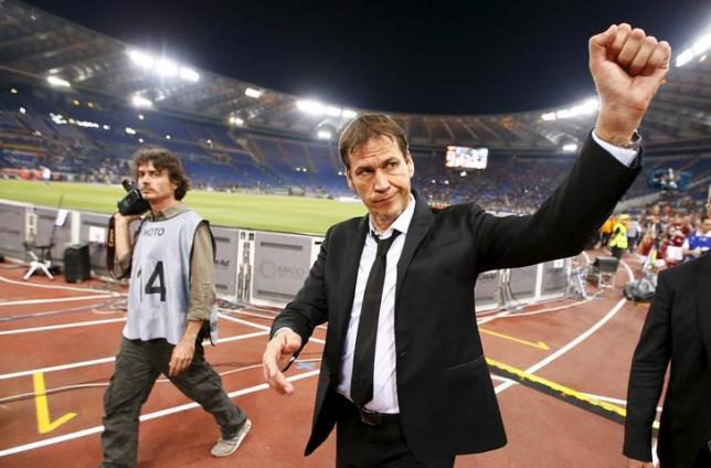 AS Roma's coach Rudi Garcia greets supporters at the end of their Italian Serie A soccer match against Palermo at the Olympic stadium in Rome, Italy May 31, 2015. REUTERS/Tony Gentile/Files