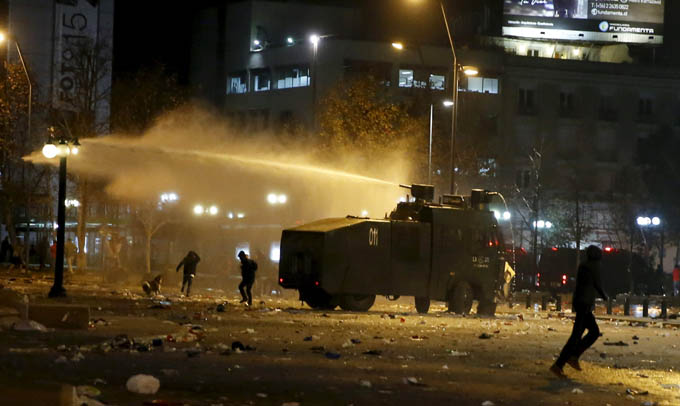Chile's fans clash with riot police after celebrations in winning the Copa America 2015 final soccer match against Argentina became unruly at Plaza Italia in downtown Santiago, July 4, 2015.  Photo: Reuters
