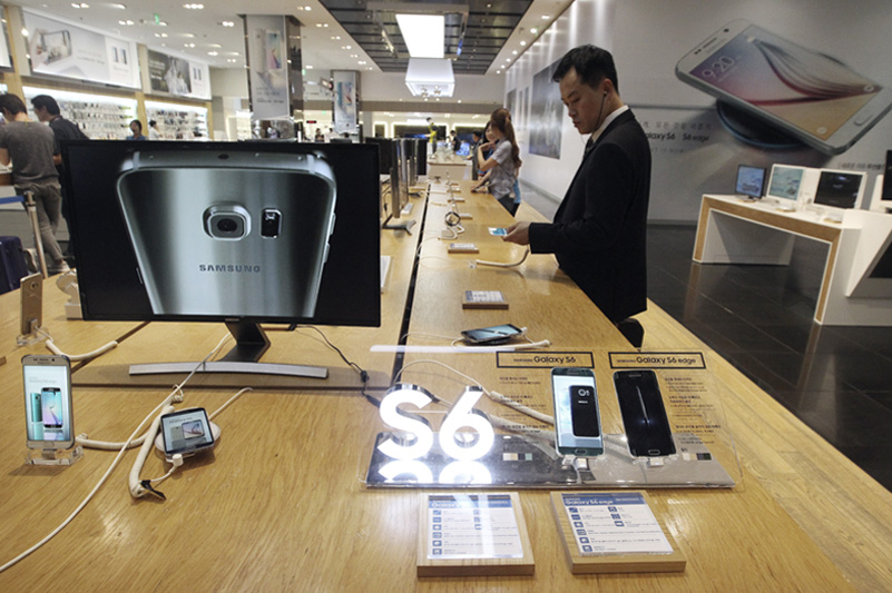 A visitor watching a Samsung Galaxy S6 smartphone in Seoul. Samsung Electronics reported Thursday a fifth straight drop in quarterly earnings as the Galaxy S6 failed to reverse its declining fortunes in the smartphone industry. Photo: AP