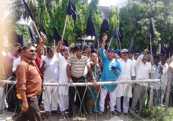 Cadres of Samyukta Loktrantrik Morcha demonstrating with black flags against the draft constitution in front of District Administration Office, Gaur, in Rautahat on Sunday. Photo: THT