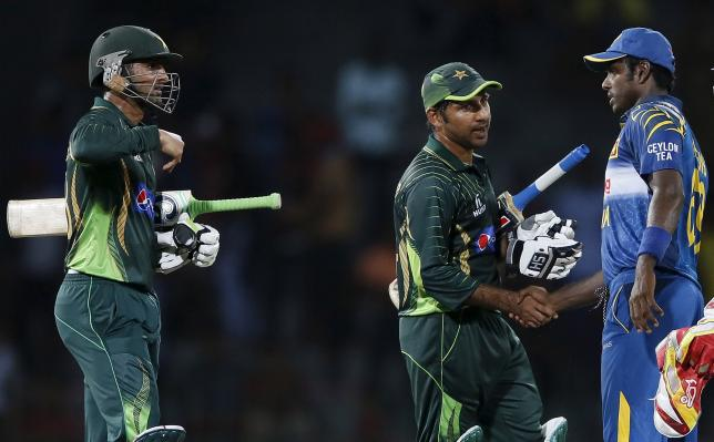Pakistan's vice captain Sarfraz Ahmed (C) shakes hands with Sri Lanka's captain Angelo Mathews (R) next to his teammate Shoaib Malik after Pakistan won their fourth one-day international cricket match in Colombo July 22, 2015. REUTERS/Dinuka Liyanawatte