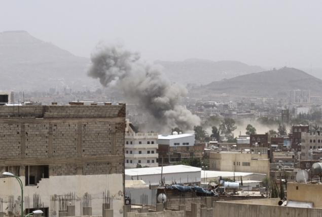 Dust rises from the site of a Saudi-led air strike in Yemen's capital Sanaa July 10, 2015.  REUTERS/Mohamed al-Sayaghi