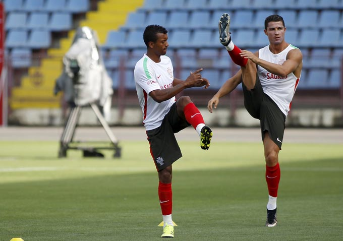 Portugal's Cristiano Ronaldo (R) attends a training session with his team mate Nani in Yerevan, Armenia, June 12, 2015. Portugal will play a Euro 2016 qualification match against Armenia on Saturday.  Photo: Reuters