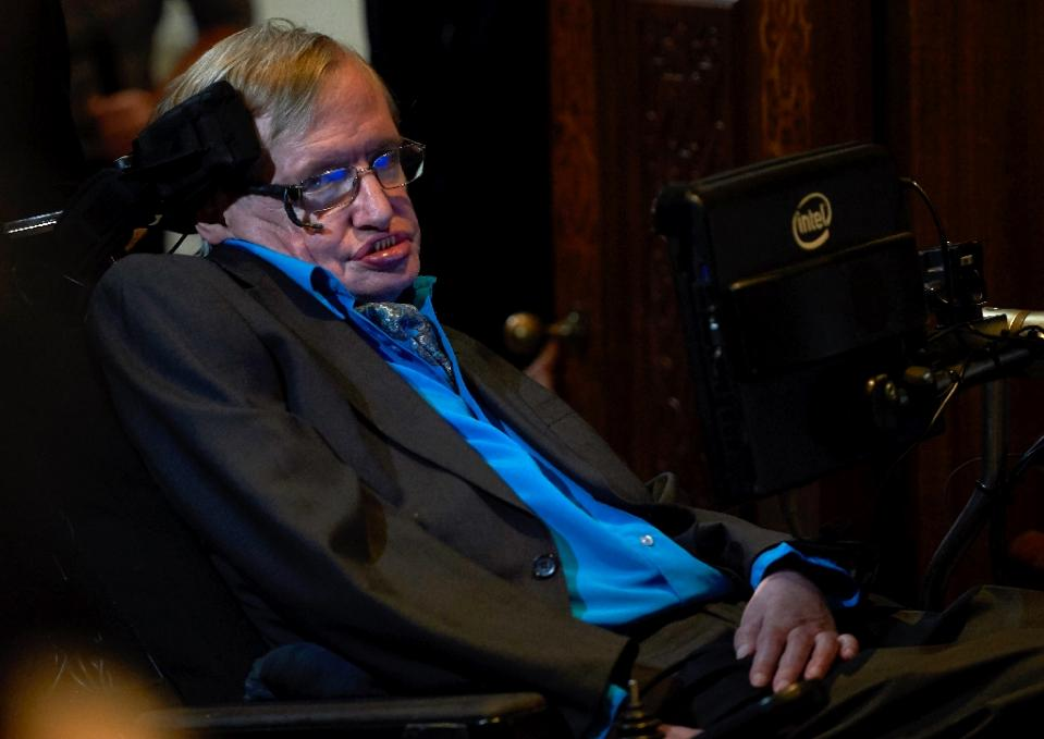 Stephen Hawking attends a press conference in London on July 20, 2015, where he and Russian entrepreneur Yuri Milner announced the launch of the Breakthrough Initiative. Photo: AFP