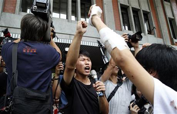 Student protesters against changes to their curriculum shout slogans as they occupy the area inside the gates of the Ministry of Education in Taipei, Taiwan, Friday, July 31, 2015. Dozens of students have staged a sit-in at Taiwanu0092s Education Ministry demanding that officials take responsibility for a student leader who killed himself in an apparent protest over curriculum changes that critics say overemphasize Chinau0092s ties to the island. Photo: AP