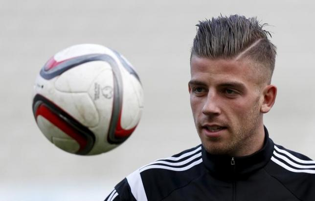 Toby Alderweireld eyes the ball during a training session at the King Baudouin stadium in Brussels March 27, 2015. REUTERS/Francois Lenoir/Files