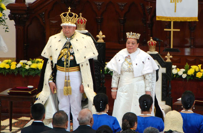 Newly crowned King Tupou VI (L) and Queen Nanasipau'u (R) stand before the delegation at the Centenary Church in Nuku'alofa on July 4, 2015. Tupou VI was formally crowned King of Tonga on July 4 before thousands of people including heads of state and dignitaries from around the world, capping a week steeped in traditional rites. Photo: AFP