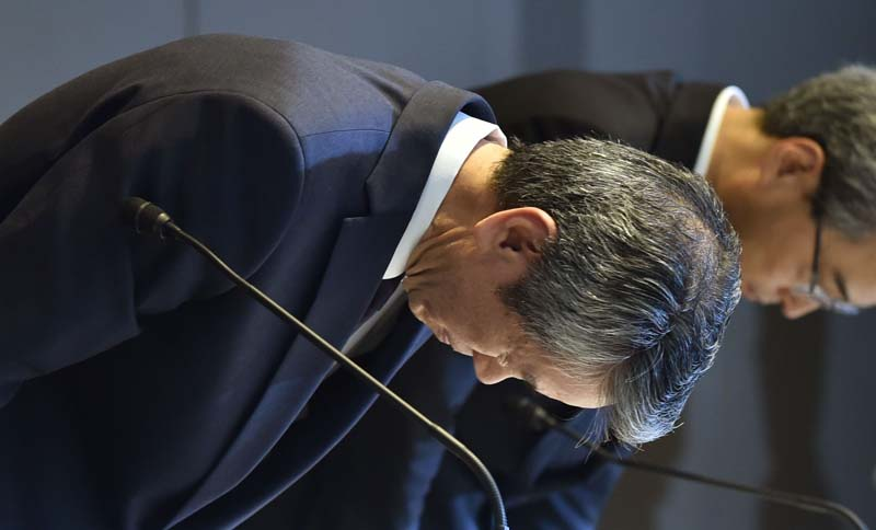 President of Toshiba, Hisao Tanaka (L) bows at the end of a press conference at the company's headquarters in Tokyo on July 21, 2015. Toshiba president Hisao Tanaka and his predecessor Norio Sasaki quit the company on July 21 as one of Japan's best-known firms was hammered by a 1.2 billion USD accounting scandal blamed on management's overzealous pursuit of profit. Photo: AFP
