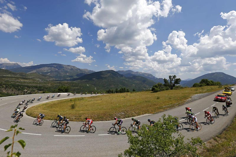 Riders cycle during the 161-km (100 miles) 17th stage of the 102nd Tour de France cycling race from Digne-les-Bains to Pra Loup in the French Alps mountains, France, July 22, 2015.  Photo: Reuters