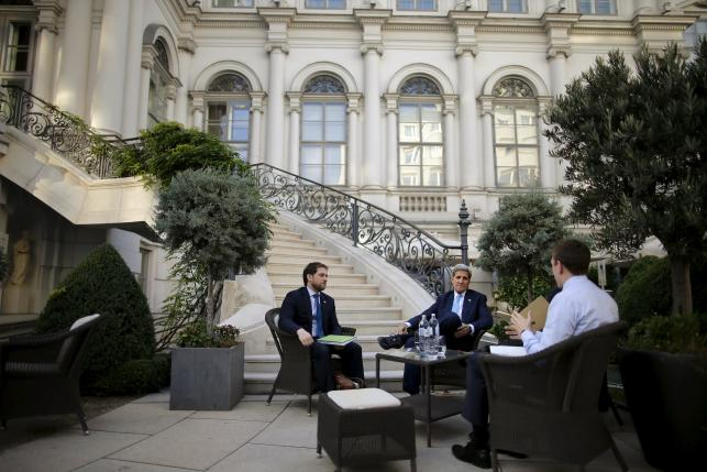 U.S. Secretary of State John Kerry (C) and State Department Chief of Staff Jon Finer (L) meet with members of the U.S. delegation at the garden of the Palais Coburg hotel where the Iran nuclear talks meetings are being held in Vienna, Austria July 10, 2015. REUTERS/Carlos Barria