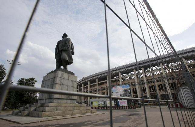 A statue of Vladimir Lenin, the founder of the Soviet state, is pictured in front of Luzhniki stadium under construction in Moscow, Russia, July 9, 2015. REUTERS/Maxim Shemetov