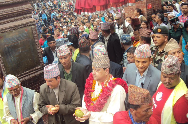 Former King Gyanendra Shah (c) offers worship at the Makhan-based Pashupatinath Temple, in Kathmandu, on Wednesday, July 23, 2015. Photo: RSS