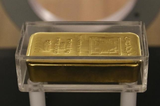 A gold bar is displayed at the currency museum of Lebanon's Central Bank in Beirut November 6, 2014. REUTERS/Jamal Saidi/Files