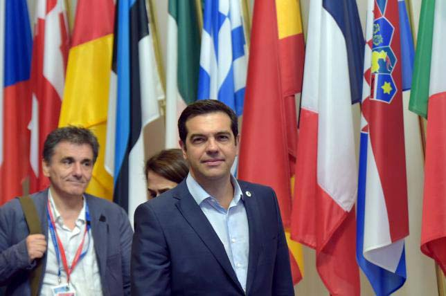 Greece's Prime Minister Alexis Tsipras (C) and Greek Finance Minister Euclid Tsakalotos (L) leave a euro zone leaders summit in Brussels, Belgium, July 13, 2015.nPhoto: Reuters/Eric Vidal
