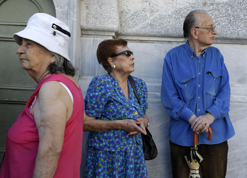 Pensioners wait to enter a branch at National Bank of Greece headquarters in Athens, Monday, July 20, 2015. Photo: AP