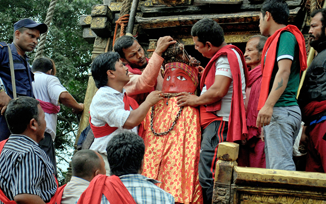 Devotees removing the idol of Rato Machhindranath from the chariot that was damaged by tremors, in Chyasikot, Lalitpur, on Thursday. Photo: THT