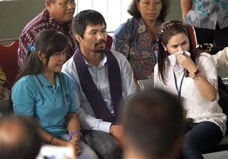 Filipino boxing icon Manny Pacquiao, center, and his wife Jinkee, right, sit with their compatriot who is currently on death row for drug offenses Mary Jane Veloso during their visit at Wirogunan Prison in Yogyakarta, Indonesia, Friday, July 10, 2015. Photo: AP