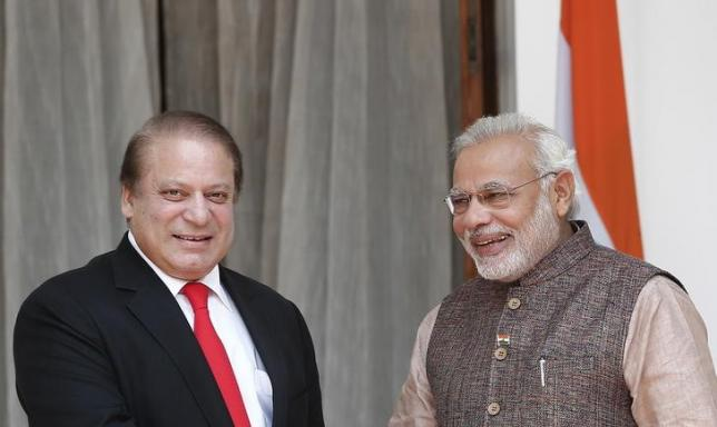 India's Prime Minister Narendra Modi (R) and his Pakistani counterpart Nawaz Sharif smile in New Delhi May 27, 2014.   Photo: Reuters