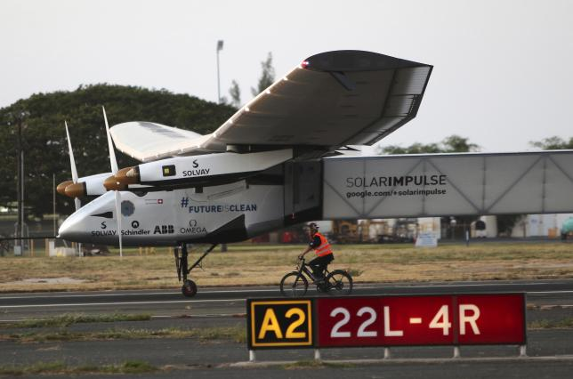 The Solar Impulse 2 airplane, piloted by Andre Borschberg, lands at Kalaeloa Airport in Kapolei, Hawaii, after flying non-stop from Nagoya, Japan, July 3, 2015. REUTERS/Hugh Gentry