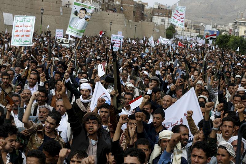 Houthi followers demonstrate against Saudi-led air strikes in Yemen's capital Sanaa July 24, 2015. Photo: Reuters