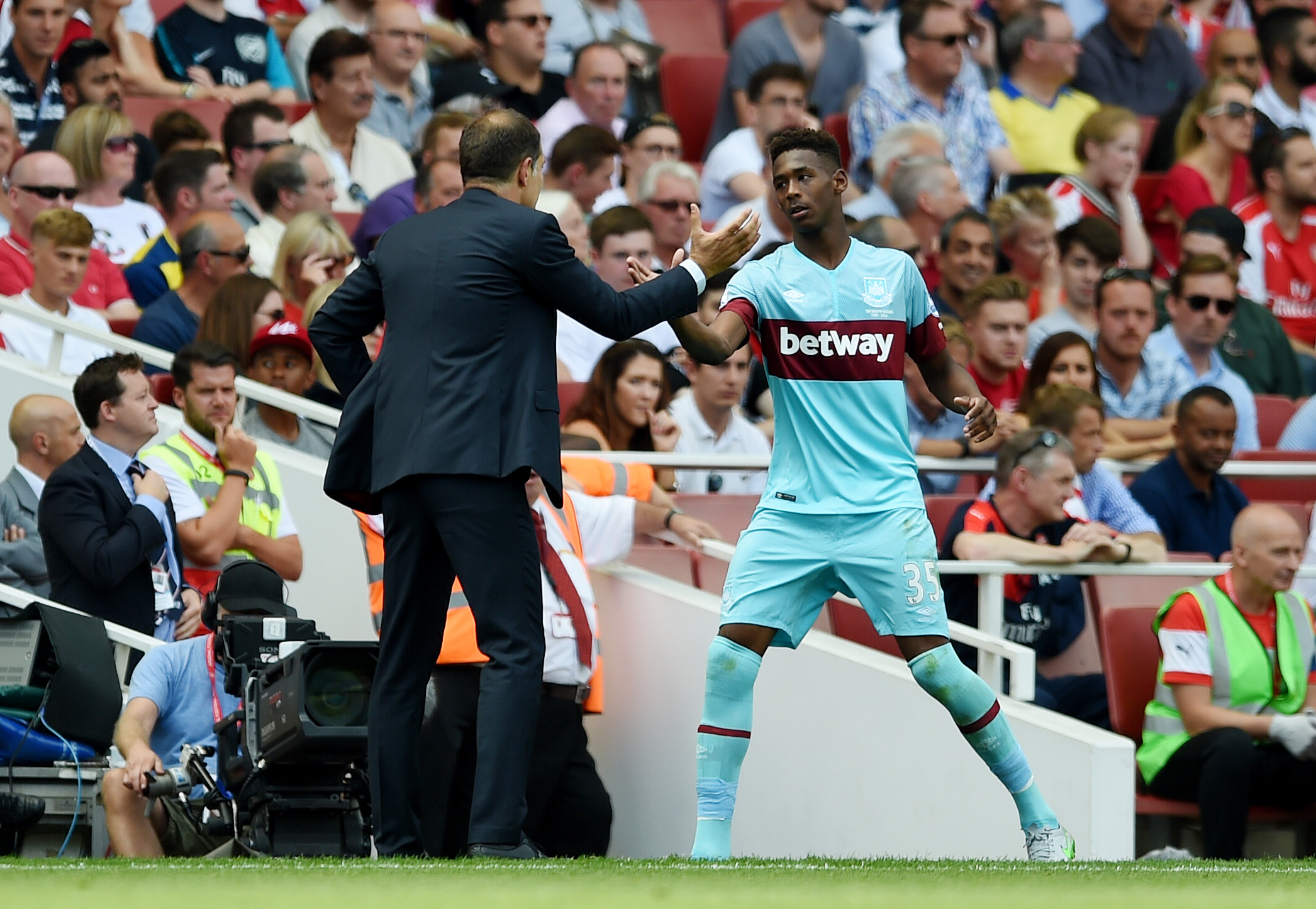 West Ham manager Slaven Bilic and Reece Oxford as he is substituted. Photo: Reuters